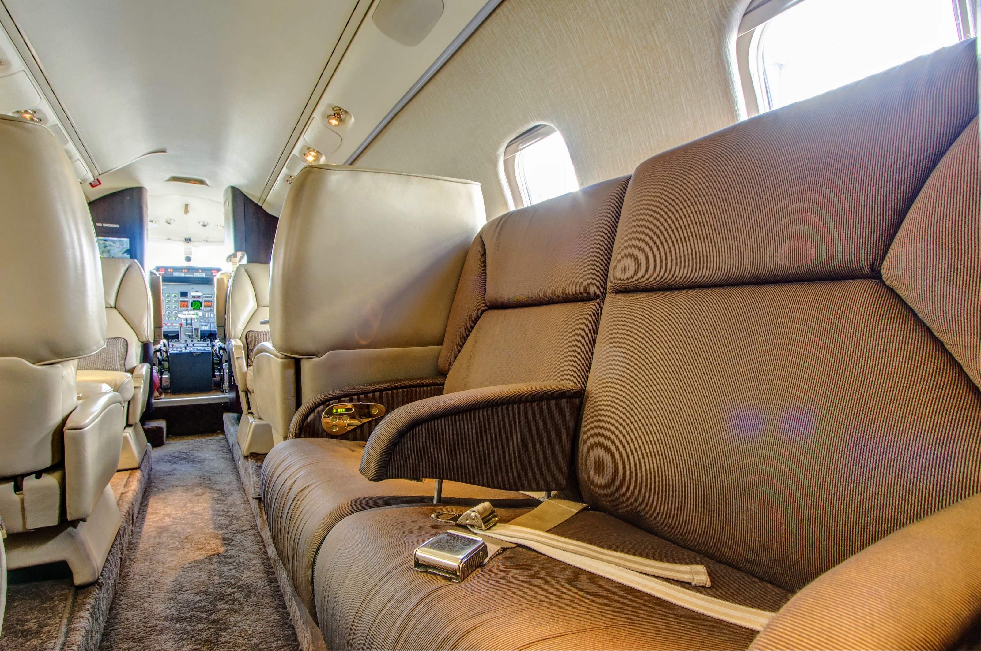 fargo-jet-center-charter-lear-60-interior-2